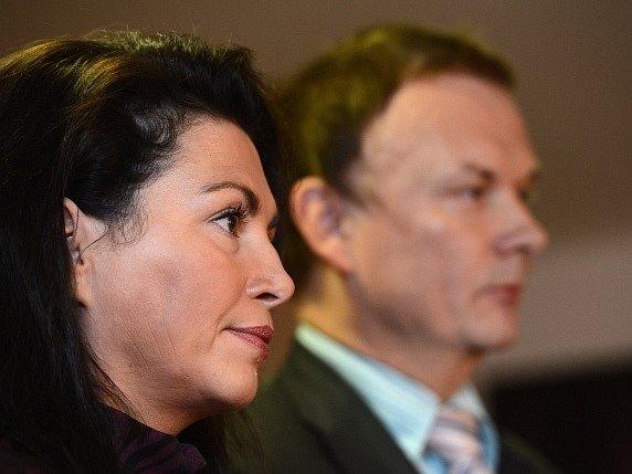 Prezidentská kandidátka Jana Bobošíková oznámila na tiskové konferenci 26. listopadu v Praze další postup v souvislosti s rozhodnutím ministerstva o jejím vyřazení ze seznamu kandidátů pro volbu prezidenta. Vpravo místopředseda Suverenity Václav Musílek.