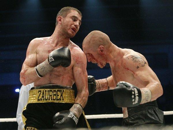 Boxer Lukáš Konečný (vpravo) souboj omistra světa se Zaurbekem Bajsangurovem prohrál.