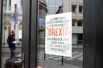 Nápis na anglické restauraci v centru Bruselu varuje zákazníky, že pokud se zmíní o brexitu, dostanou dvacetiprocentní přirážku (snímek z 31. ledna 2020). Britové v metropoli EU nepatří mezi zastánce vystoupení své země z unie