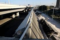 Tři lidé zemřeli dnes na severovýchodě Číny poté, co se zřítil most a popadala z něho čtyři nákladní auta.