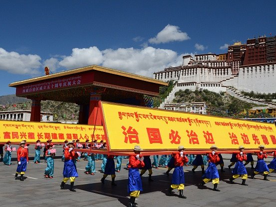 Čínské oslavy v tibetské Lhase.