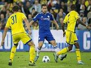 Eden Hazard z Chelsea (uprostřed) se snaží prosadit proti Maccabi.