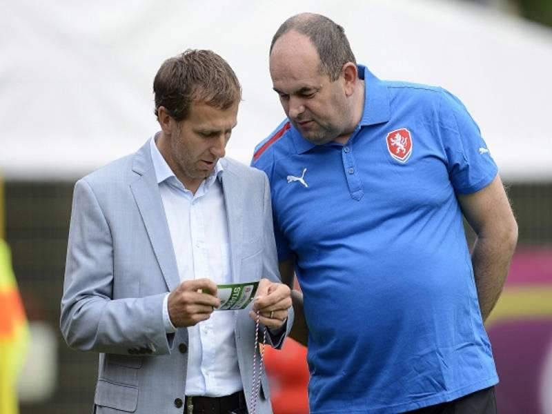 Karel Poborský (vlevo) a šéf fotbalového svazu Miroslav Pelta.