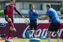 Michal Kadlec (vlevo) na tréninku fotbalové reprezentace.