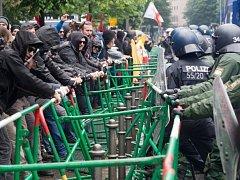 Na průběh demonstrace dohlížejí speciální policejní jednotky