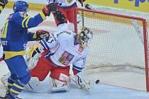 Brankář Pavel Francouz inkasuje gól od Švédska.