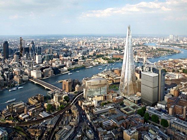 Budova přezdívaná podle svého tvaru The Shard (Střep) se v Londýně pne do výšky 310 metrů a její stavba stála 450 milionů liber (14,3 miliardy korun).