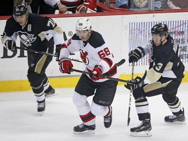 Jaromíra Jágra z New Jersey (uprostřed) pronásledují hokejisté Pittsburghu Jevgenij Malkin(vlevo) a Olli Maatta.