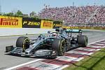 Britský jezdec Lewis Hamilton ze stáje Mercedesu na startu Velké ceny Kanady formule 1