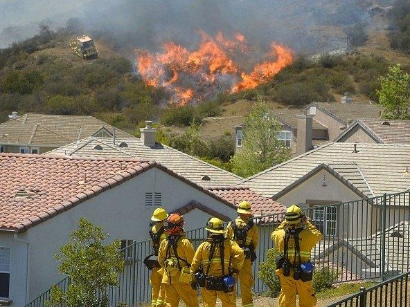Hasiči v Pasadeně pozorují blížící se oheň