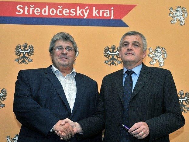 Zástupci středočeské ČSSD a KSČM Josef Řihák (vlevo, ČSSD) a Pavel Jetenský (KSČM) podepsali 19. listopadu v budově krajského úřadu dohodu o nové krajské vládě.