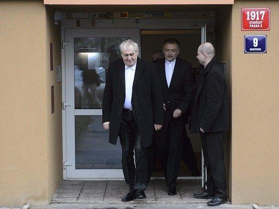 Miloš Zeman (vlevo) se 8.března krátce po osmé hodině vydal ze svého bytu vPraze-Stodůlkách na Pražský hrad, kde složí prezidentskou přísahu a ujme se úřadu hlavy státu.