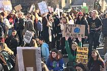 Demonstrace studentů v Londýně za životní prostředí