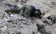 Záchranáři v Mexiku po silném zemětřesení intenzivně prohledávají trosky budov a hledají živé.