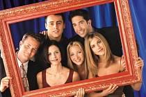 Zleva: Matthew Perry, Courteney Cox Arquette, Matt LeBlanc, Lisa Kudrow, David Schwimmer a Jennifer Aniston v seriálu Přátelé.