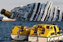 Záchranáři u havarované výletní lodi.