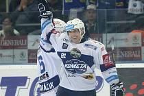Marek Kvapil z Komety se raduje z gólu.
