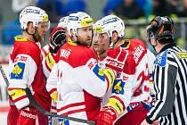 Hokejisté Slavie se radují z gólu proti Hradci Králové.