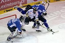 Liberecký Tomáš Klimenta (v bílém) se snaží prostřelit gólmana Plzně Tomáše Pöpperleho.