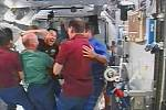 Radostné setkání na palubě ISS.