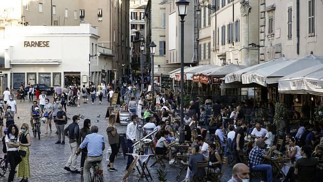 Lidé na náměstí v centru Říma