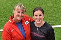 Trenérka Dana Jandová a atletka Zuzana Hejnová.