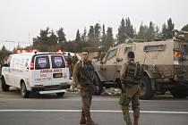 Dva Izraelci nepřežili útok nožem, který dnes spáchal v Tel Avivu ozbrojený Palestinec. Další Izraelec utrpěl zranění a zraněn je i útočník, jehož se podařilo zadržet na útěku.