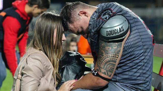 Smutek domácího hráče po prohraném zápase o titul vítěze 3.ligy amerického fotbalu a Bitters Bronze Bowl trofej mezi Vysočina Gladiators a Přerov Mammoths.