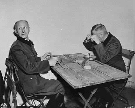 Alfred Jodl s Wilhelmem Keitelem v zadržovací cele během procesu