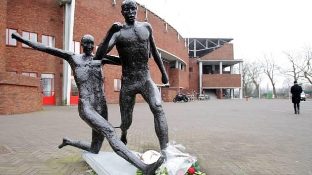 Socha k poctě Johana Cruyffa (vpravo) a smuteční květiny