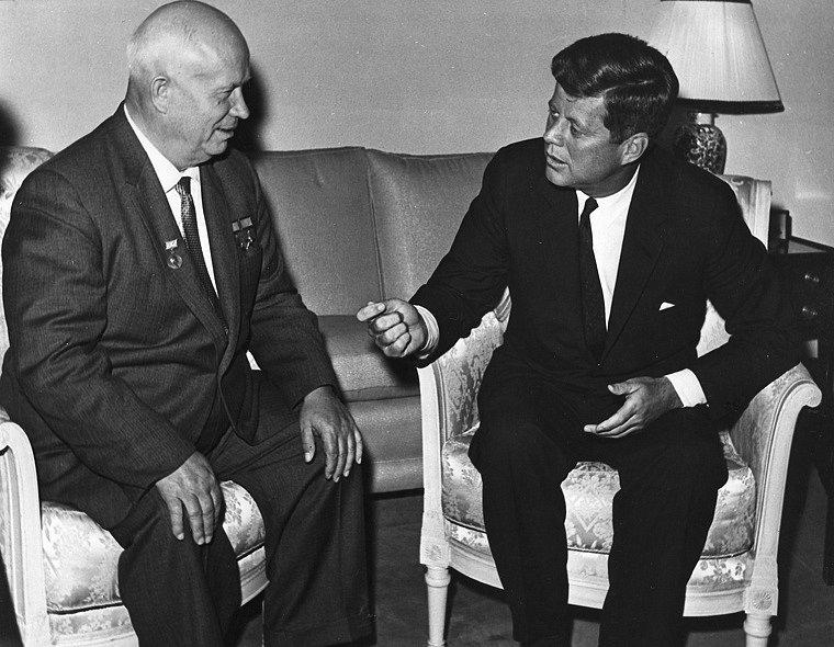 Americký prezident John F. Kennedy se sovětským vůdcem Nikitou Chruščovem v roce 1961