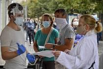 U odběrového místa na Václavském náměstí v centru Prahy stojí 10. září 2020 ve frontě zájemci o testování na nákazu novým koronavirem.