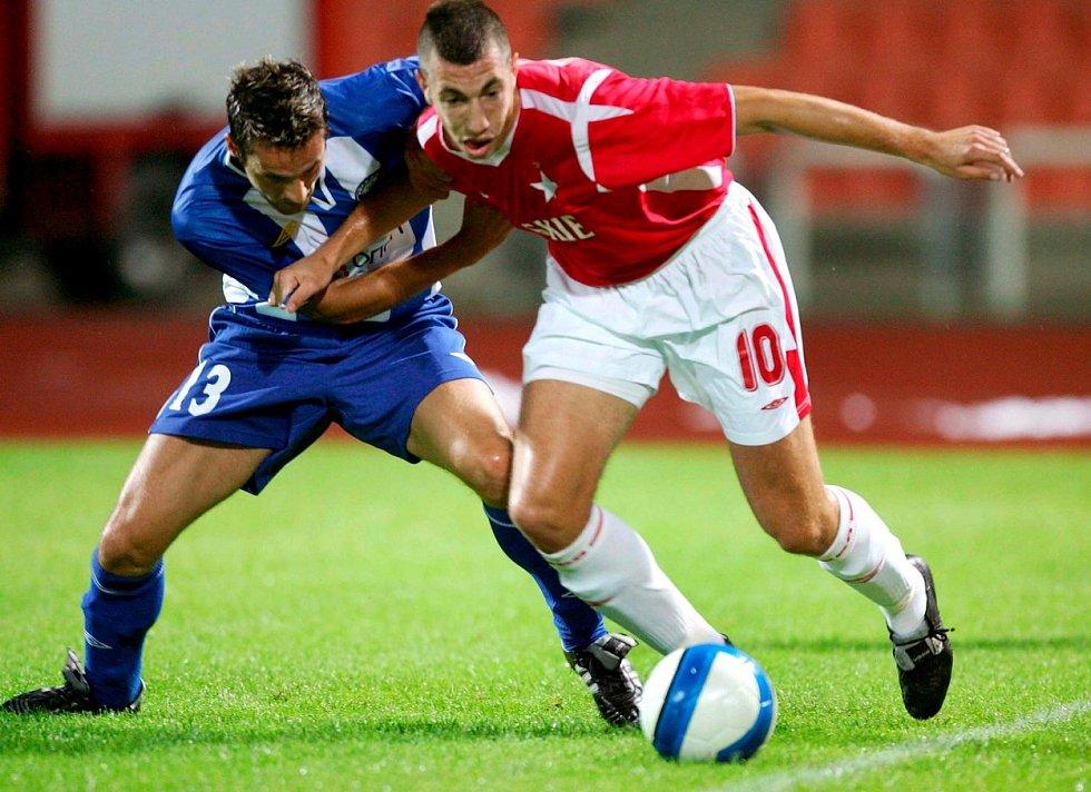 Nikola Mijailovic (vpravo) v dresu polského klubu Wisla Krakov. V roce 2006 byl potrestán pětizápasovou stovkou za rasistické urážky soupeře tmavé pleti.