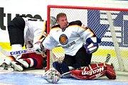 V AKCI. Takhle německý brankář Robert Müller chytal proti českým hokejistům na MS v roce 2002 (Češi tehdy v Jönköpingu vyhráli 7:5).