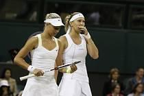 Andrea Hlaváčková s Lucií Hradeckou na Wimbledonu.
