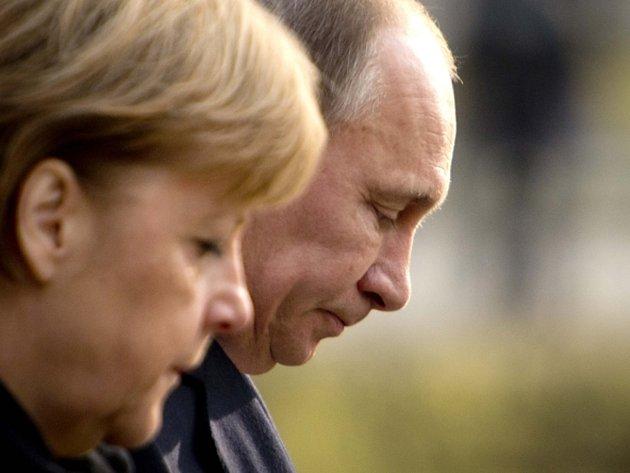 Německá kancléřka Angela Merkelová a ruský prezident Vladimir Putin dnes dopoledne v dolnosaském Hannoveru uctili památku nuceně nasazených Evropanů a válečných zajatců, které zde nacistický režim v dubnu 1945 povraždil.