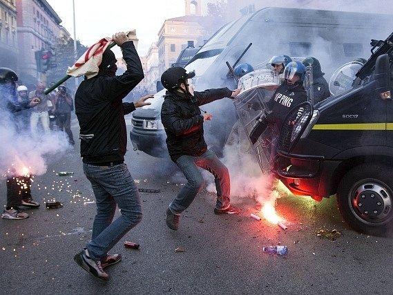 Do ulic Říma vyrazily desetitisíce demonstrantů.