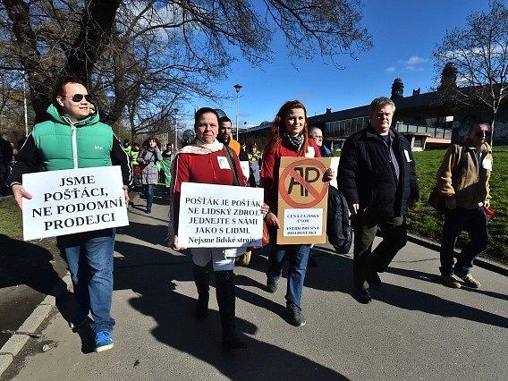 Centrem Prahy prošel 22. února protestní pochod asi třiceti zaměstnanců České pošty. Akci svolaly menšinové odbory a podnik ji označil za protiprávní. Zaměstnanci chtěli upozornit na přetěžování vedlejšími činnostmi a podmínky práce.