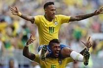 Brazilci slaví Neymarovu vítěznou trefu proti Mexiku.