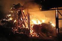 Osm koní vyvedli lidé ze stodoly, která vzplála v noci na pátek 26. října v Břidličné na Bruntálsku.