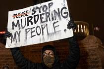 Aktivista hnutí Black Lives Matter na protestu, který reagoval na zastřelení šestnáctileté dívky v americkém státu Ohio