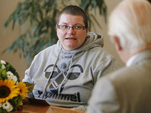 Českobudějovický primátor Miroslav Tetter (zády) přijal paralympioničku Janu Fesslovou a předal jí šek na nákup nového vozíku