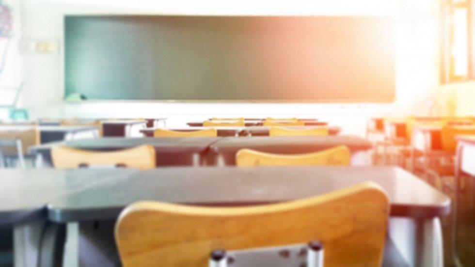Školní lavice zůstanou prázdné. Studenty čeká diostanční výuka.