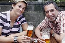 Barbora Špotáková patří v pražské restauraci U Pinkasů mezi štamgasty. Na snímku s ní je herec David Suchařípa.