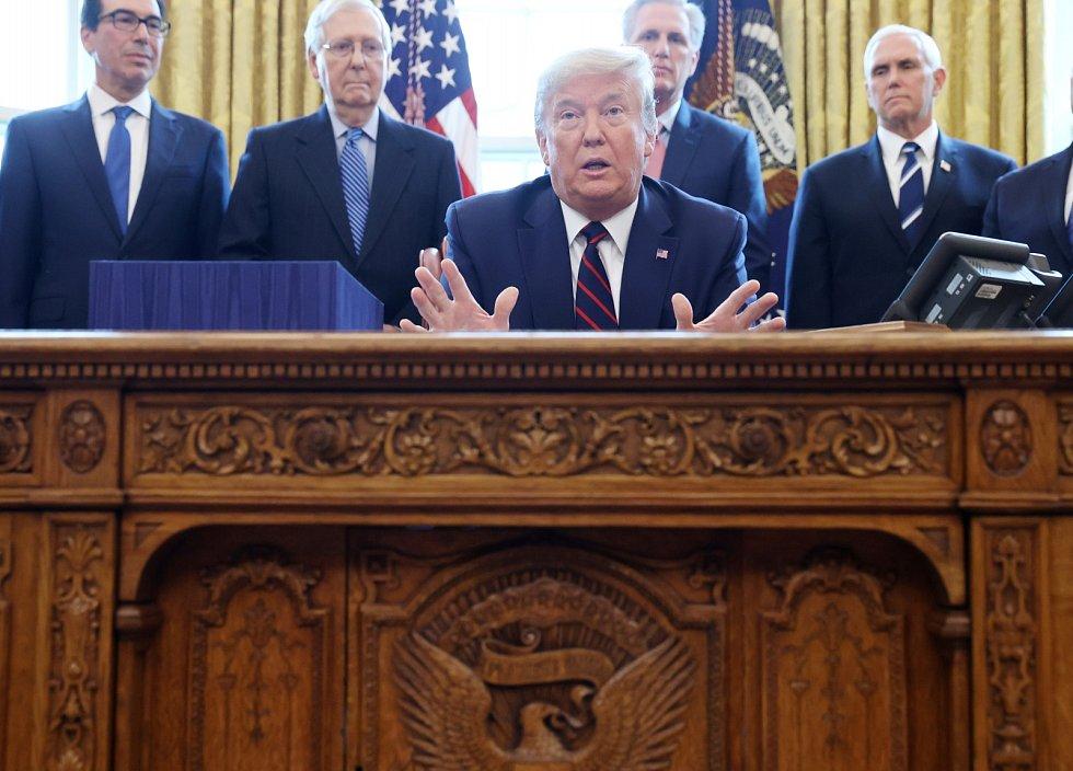 Stůl Resolute využíval také kontroverzní prezident Donald Trump.