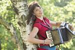 Charismatická zpěvačka, herečka, akordeonistka a pianistka Terezie Palková přistupuje k tvorbě pro děti zostra, zhurta, nesentimentálně. Nedělá na ně ťu ťu ťu; raději jim vypráví o koupelnové houbě, která bobtná a mohla by je sežrat.