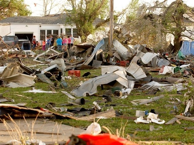 Rozsáhlý bouřkový systém doprovázený tornády se v neděli večer místního času přehnal centrální a jižní částí Spojených států a usmrtil nejméně 12 lidí.