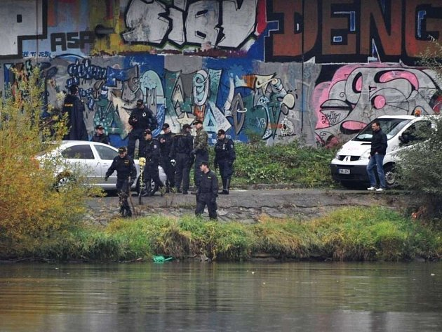 U Vltavy policisté nacházejí části lidského těla.
