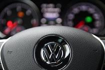 Čínské ministerstvo životního prostředí vyšetřuje, zda jsou vozy automobilky Volkswagen dovezené do Číny nebo vyrobené v zemi v souladu s emisními standardy tohoto úřadu.