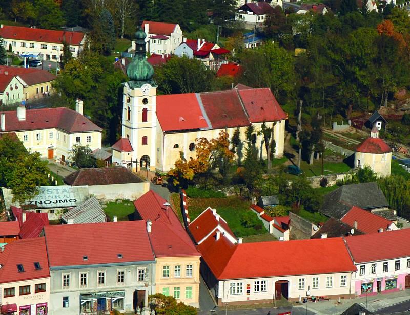 Kostel Nanebevzetí Panny Marie se nachází přímo v centru Vranova nad Dyjí a podobně jako u většiny významnější staveb této lokality, i zde se původně jednalo o románskou stavbu.